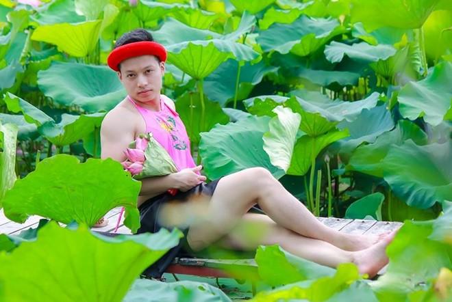 Chàng trai mặc áo yếm tạo dáng bên hồ sen