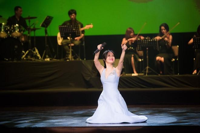Hồng Nhung quỳ trên sân khấu tưởng nhớ Thanh Tùng