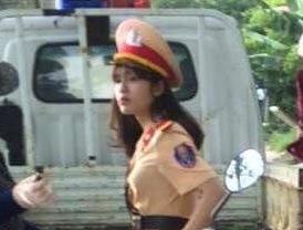 Nữ cảnh sát xinh đẹp khoá Facebook sau khi bị chụp lén