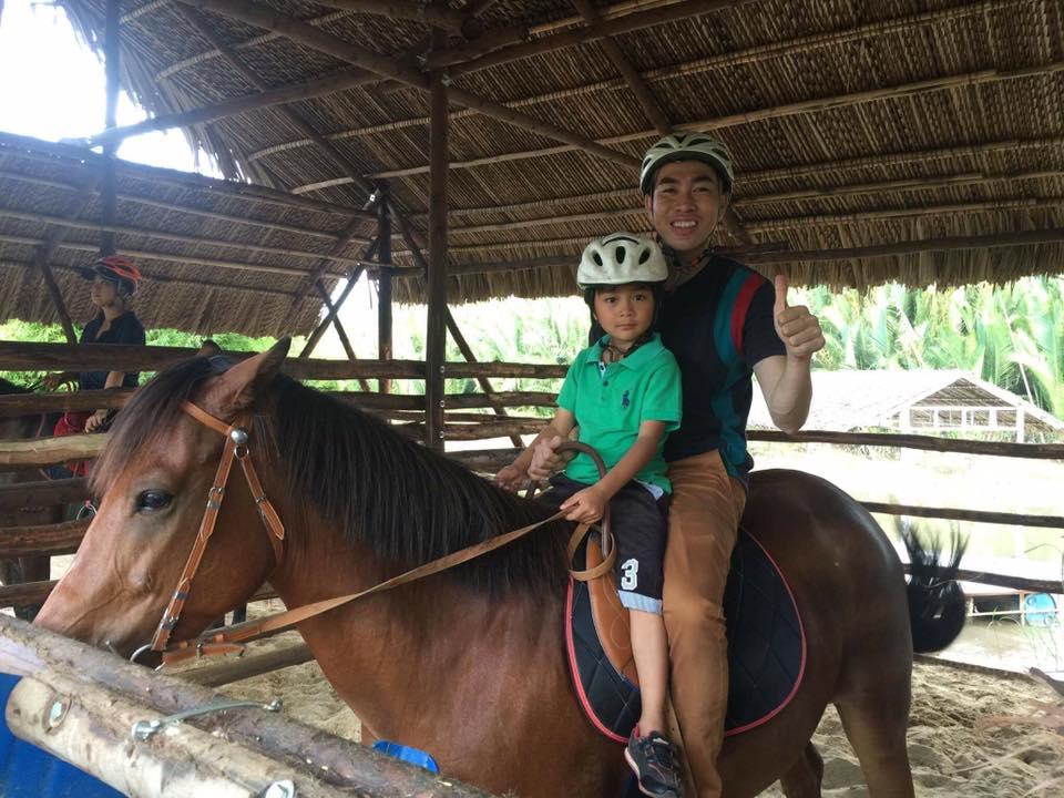 Hồ Minh Tài lần đầu được cưỡi ngựa