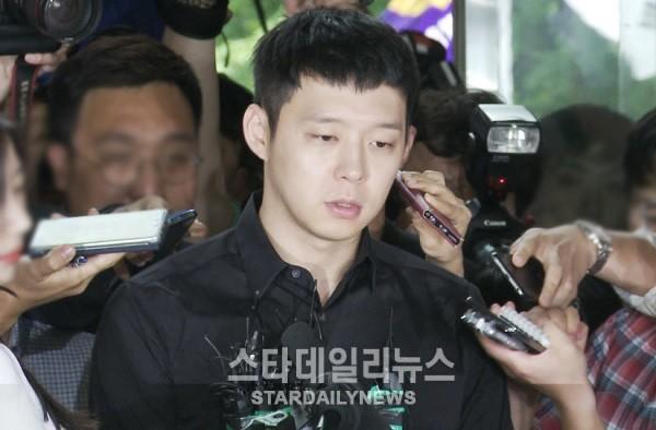 Park Yoochun bị tố bám theo vũ công thoát y ở nhà vệ sinh