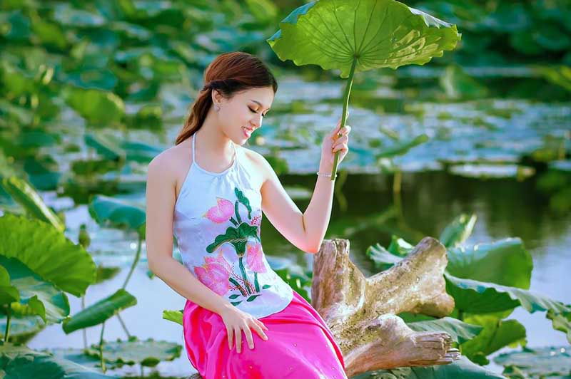 """""""Cô thôn nữ"""" Thái Thảo Trinh thẫn thờ khoe đường cong gợi cảm"""