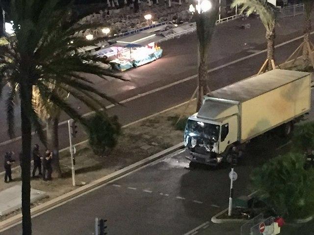 Khủng bố lao xe tải vào đám đông ở Pháp, 84 người chết