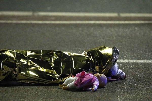Cả thế giới cay mắt, khi thấy búp bê bên thi thể bé gái đêm khủng bố