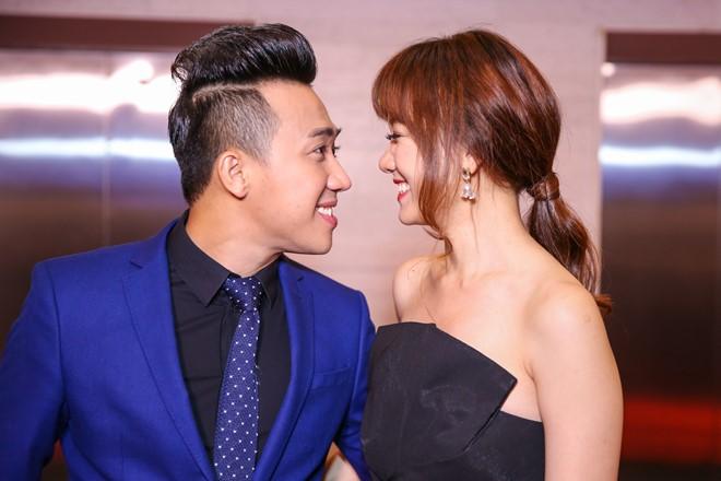 Trấn Thành - Hari Won nhìn nhau say đắm ở sự kiện