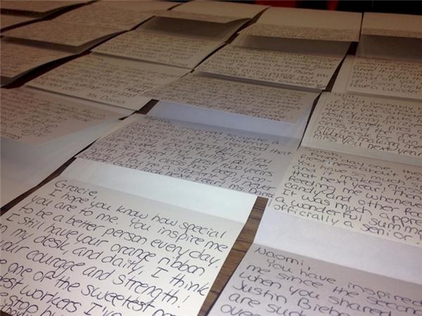 Xúc động khi biết lí do cô giáo này đã viết trăm bức thư gửi học trò