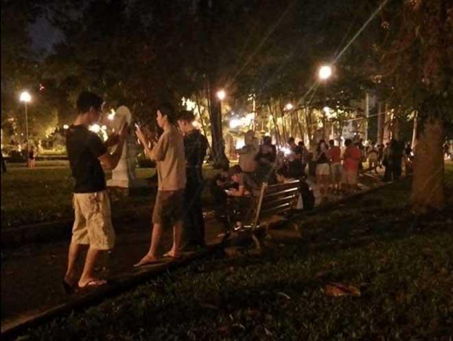 Giới trẻ Sài Gòn đổ xô vào công viên bắt Pokemon trong đêm