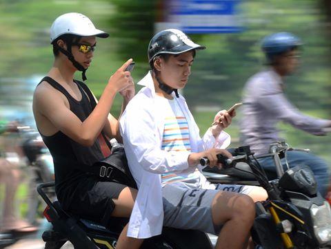 Lái xe cắm mặt vào điện thoại săn Pokemon