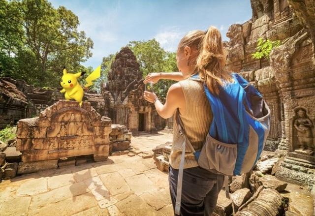 Hoàng tử Campuchia bắt pokemon trong cung điện