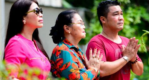 Lý Hùng và em gái Lý Hương đưa mẹ đi chùa ngày Rằm