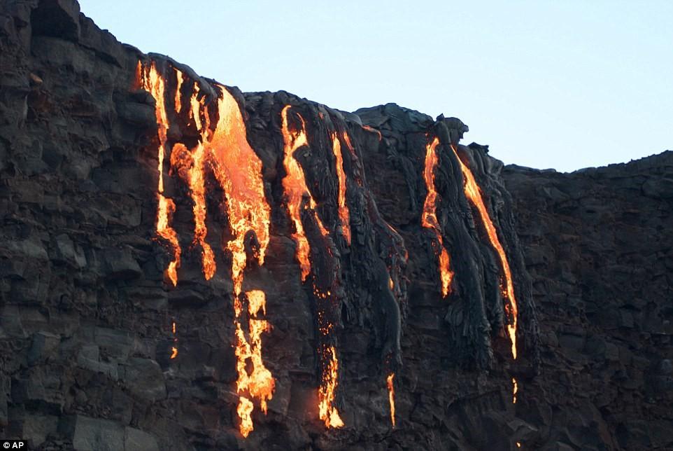 Thác dung nham nóng chảy từ núi lửa Mỹ