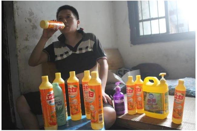 Chàng trai mắc bệnh lạ, mỗi lần uống hết nửa chai nước tẩy rửa