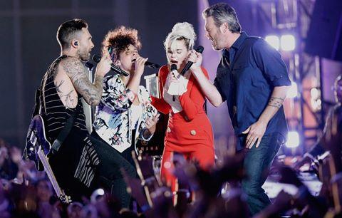 Adam Levine, Miley Cyrus máu lửa hát rock trên sân khấu