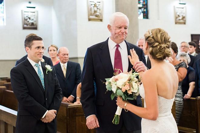 Cô dâu bước vào lễ đường với người mang trái tim của cha