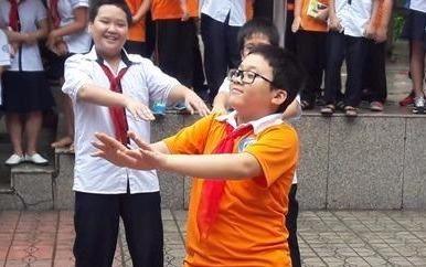 """Học sinh lớp 6 nhảy """"We don't talk anymore"""" giữa sân trường"""