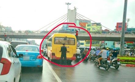 """Thêm một thanh niên hồn nhiên """"trút bầu tâm sự"""" giữa đường phố Hà Nội"""