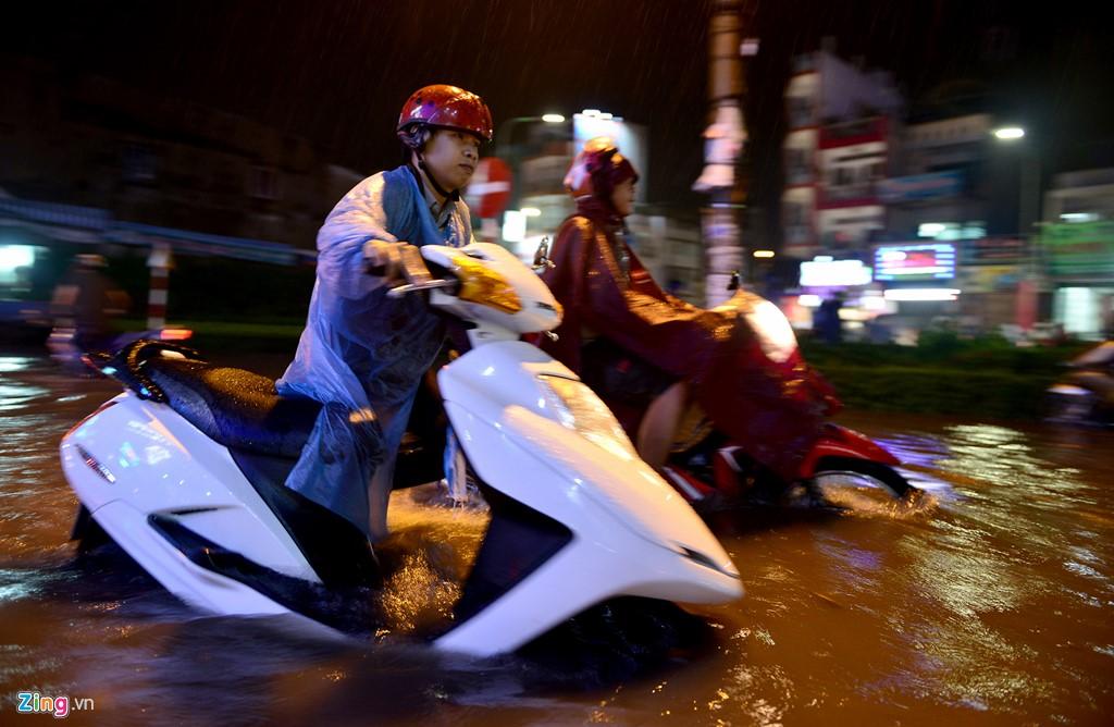 Người Sài Gòn tốt bụng giữa cơn mưa ngập