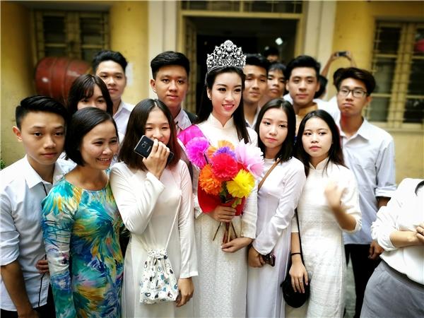"""Hoa hậu Mỹ Linh """"gây bão"""" khi trở về trường cũ dự ngày khai giảng"""