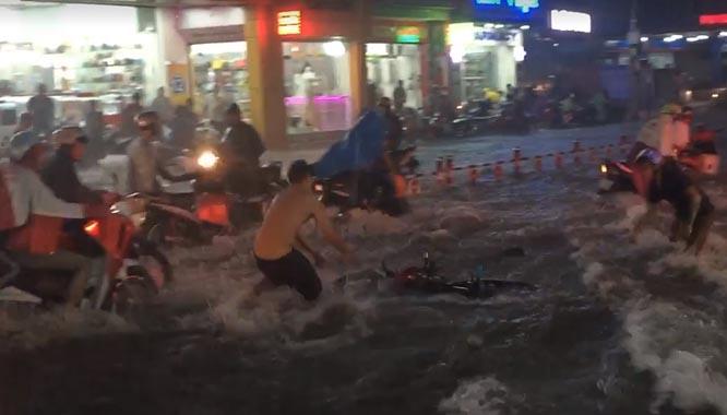 Mưa như trút nước, đường phố Sài Gòn thành sông