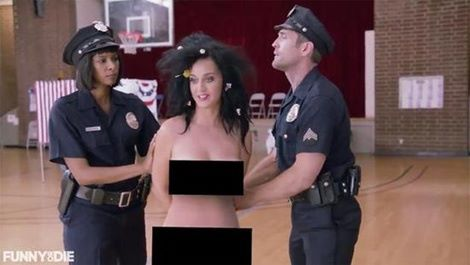 Katy Perry chia sẻ ảnh khỏa thân ngầm ủng hộ bà Hillary