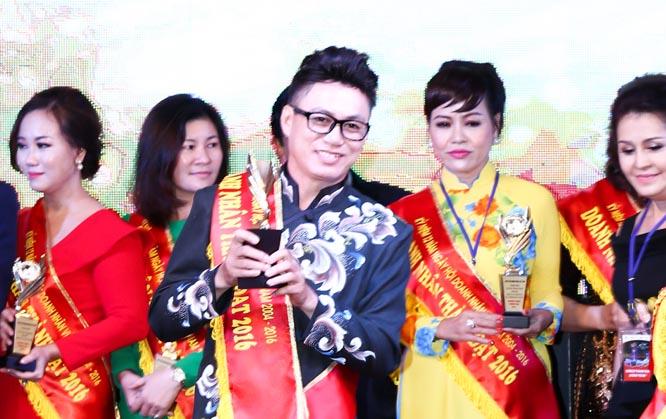 NTK Tommy Nguyễn vinh dự nhận cúp tôn vinh doanh nhân thành đạt