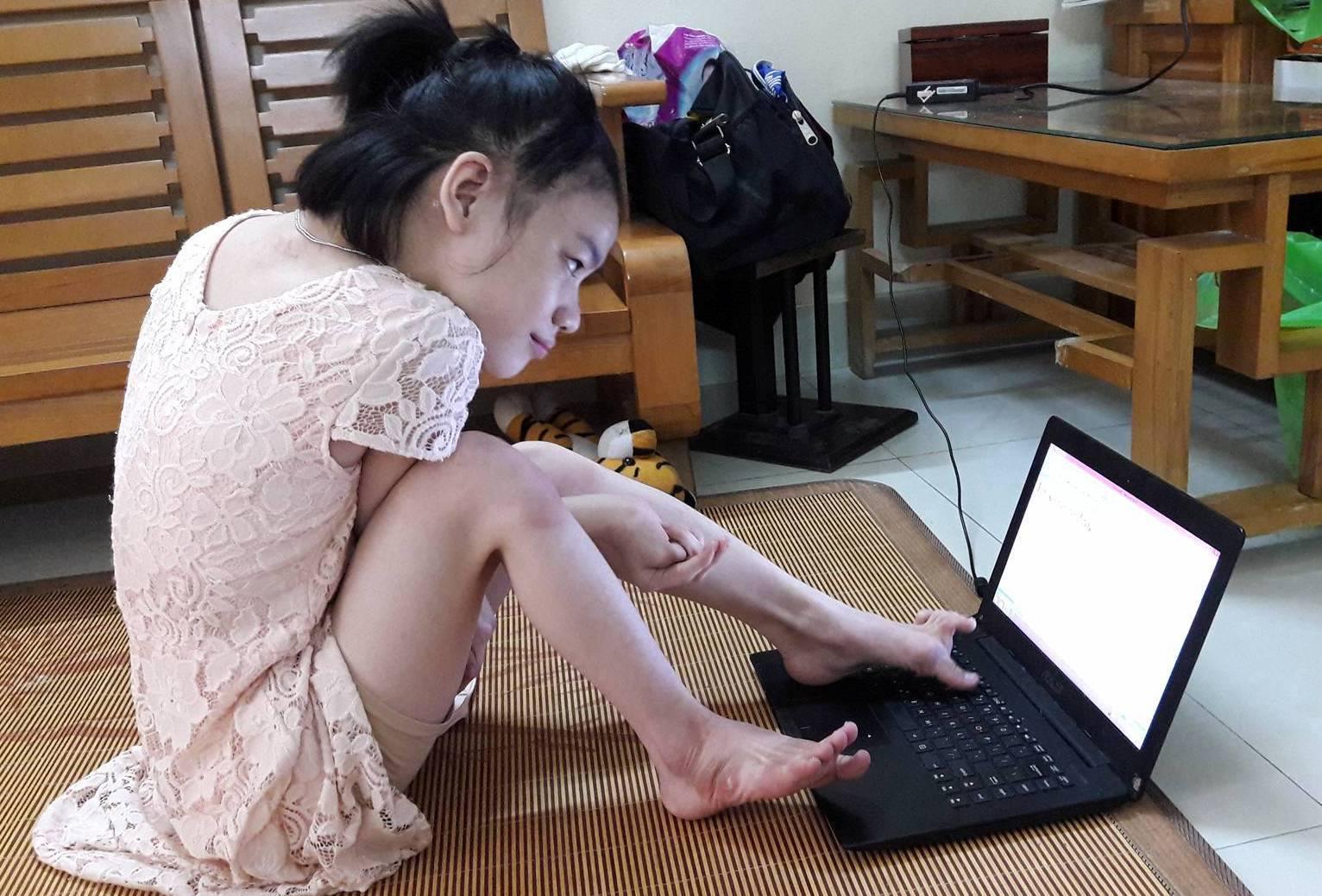Nghị lực của nữ sinh gõ máy tính bằng một chân