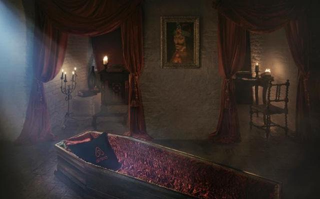 Lâu đài ma cà rồng mời khách ngủ trong quan tài