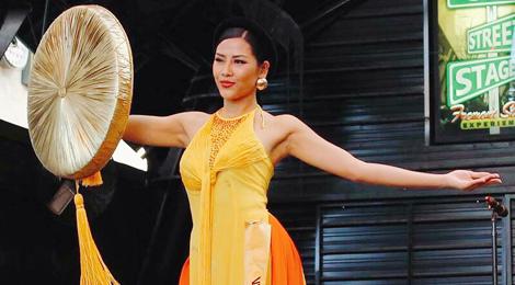 Áo tứ thân của Nguyễn Loan vào top 10 trang phục dân tộc