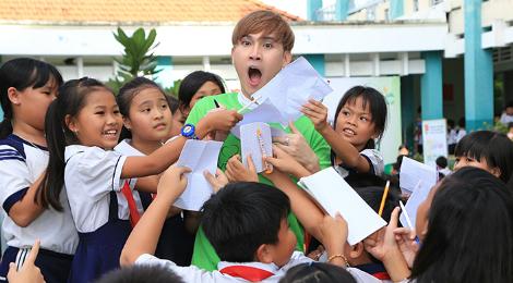 Nguyên Vũ vui với 500 học sinh nghèo ở TP.HCM