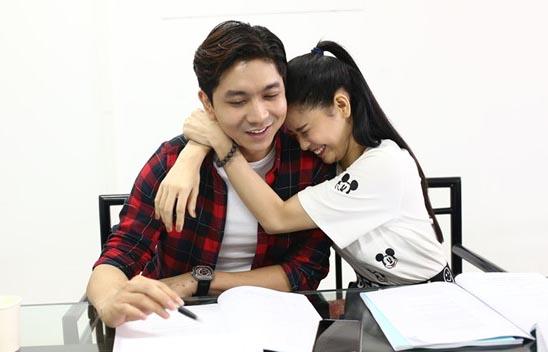 Tim - Trương Quỳnh Anh tình tứ trong buổi đọc kịch bản