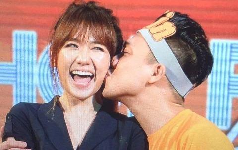 Trấn Thành hôn Hari Won trong buổi họp fan