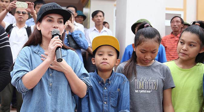 Phi Nhung đưa con nuôi Hồ Văn Cường đi cứu trợ miền Trung