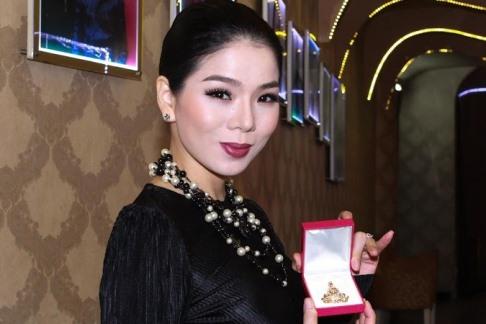 Lệ Quyên mang tượng Phật kim cương đấu giá từ thiện