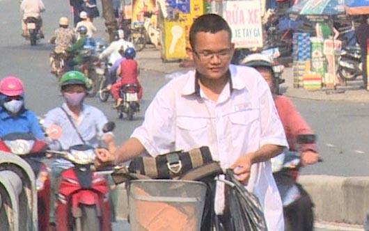 Nam sinh nghèo lượm ve chai trên đường đi học