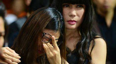 Nghệ sĩ Việt khóc ngất khi đến viếng ca sĩ Quang Lý