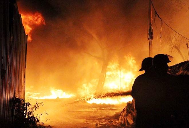 Cháy xưởng nhựa rộng 1.000 m2 gần Đại lộ Thăng Long