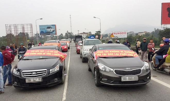 Dân đưa ôtô chặn cầu Bến Thủy 1 để phản đối thu phí cao