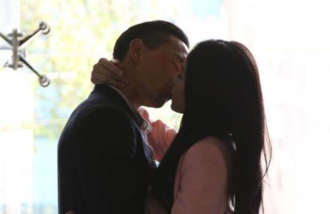 """Chi Pu thấy """"buồn cười"""" khi hôn Kim Lý"""