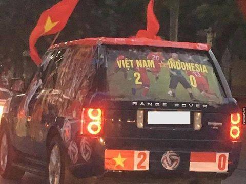 Chủ xe Range Rover chi 10 triệu dán đề can cổ vũ Việt Nam