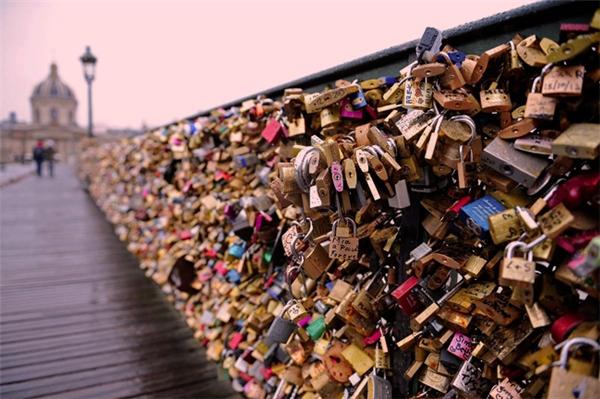 Tháo dỡ 65 tấn ổ khóa tình yêu ở Paris... đem bán