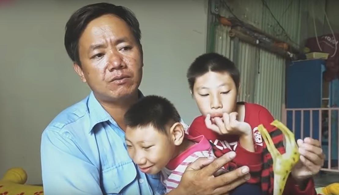 Người đàn ông nuôi hai con bại não khi vợ rời bỏ