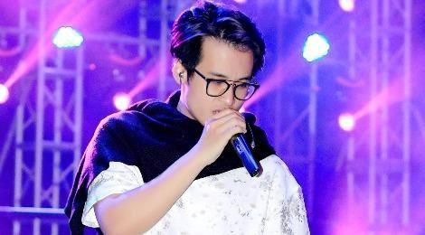 Hà Anh Tuấn mặc áo phông tập luyện trong tiết trời 15 độ C