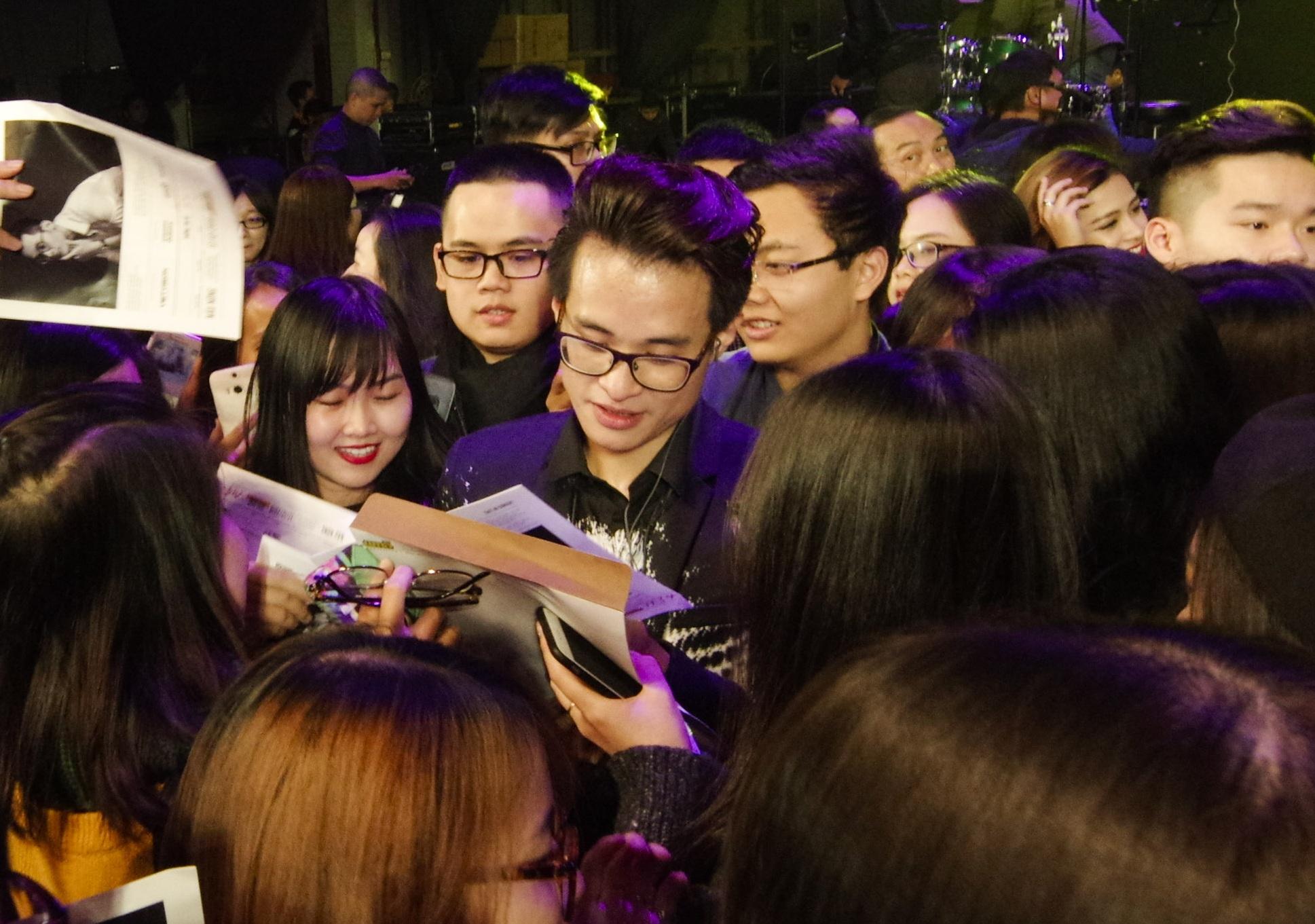 Khán giả Hà thành vây kín Hà Anh Tuấn để xin chữ ký