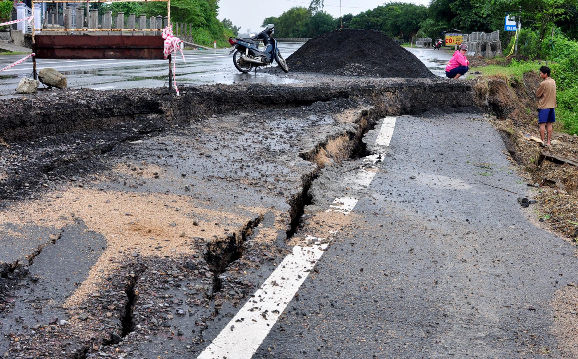 Quốc lộ 1 nứt toác sau đợt lũ lịch sử quét qua miền Trung