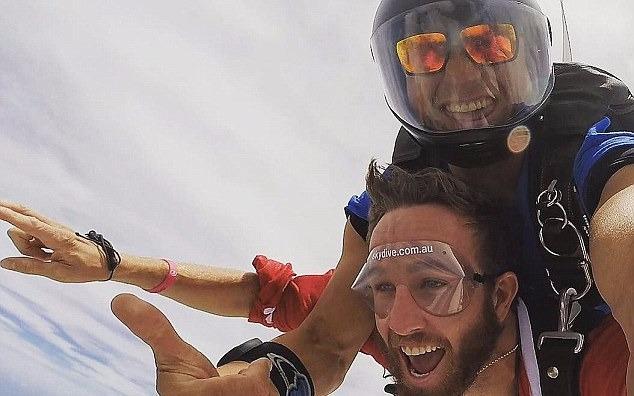 """155 """"ông già Noel"""" cùng nhảy dù từ độ cao 4.000 m"""