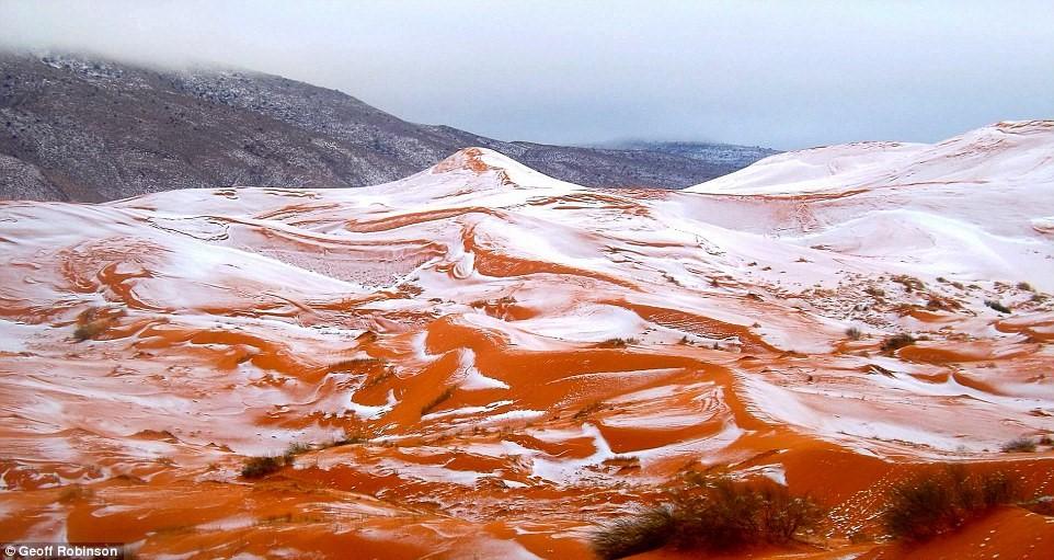 Tuyết lại rơi ở sa mạc Sahara sau gần 40 năm