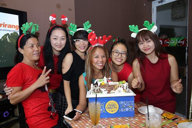 Phương Mỹ Chi đón Giáng sinh cùng hội các chị thân thiết
