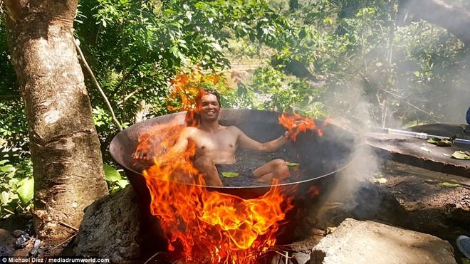 Dịch vụ tắm trong nồi nước đun trên bếp lửa