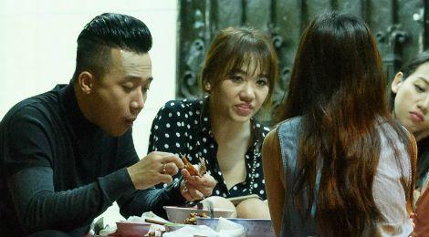Vợ chồng Trấn Thành, Hari ôm nhau khi đi ăn lúc nửa đêm