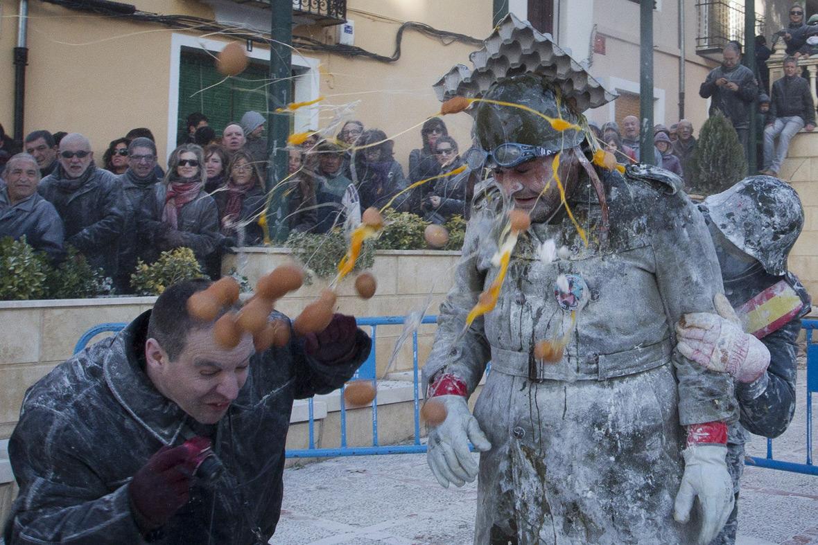Lễ hội dùng bột và trứng làm vũ khí chiến đấu